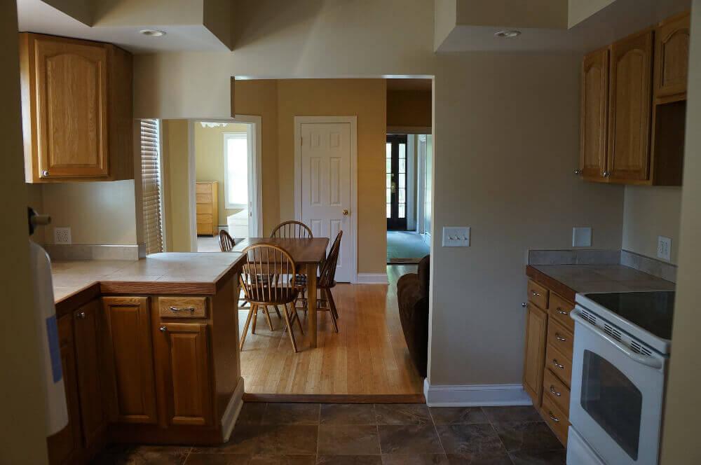 Интериор кухня бели врати